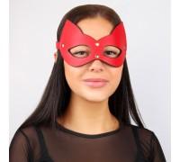 Кожаная красная маска с золотыми элементами